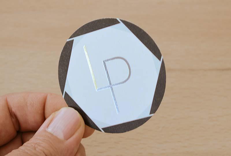 carte de visite ronde luxe pas chère : la carte de visite ronde vernis sélectif avec pelliculage mat soft touch